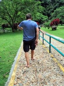 On peut marcher sur un chemin de roches, mails il faut le faire pieds nus (Aille)