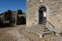 Au détour de la porte principale, une petite église nous accueille