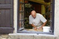 Un pâtissier en train de confectionner la célèbre galette
