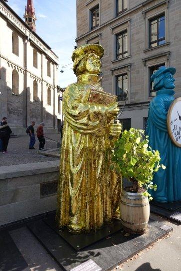 Des statues devant la cathédrale, on se demande pourquoi.