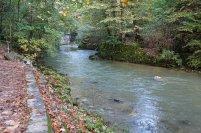 La rivière de la gorge semble calme