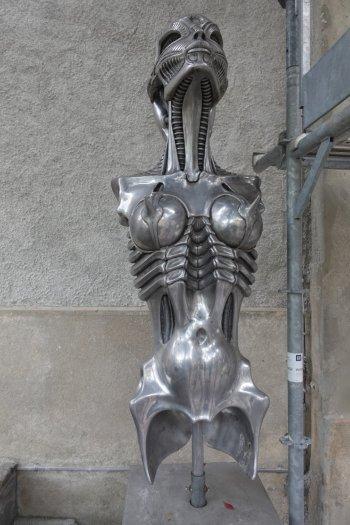 Statue nous accueillant devant le bar et le musée Giger