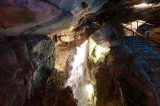 L'eau coule avec force dans cette caverne