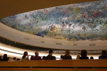 Le plafond d une salle des Nations Unis qui représente le fond de l'océan