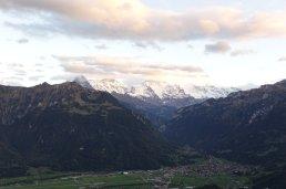 Interlaken avec le Jungfrai avec la tête dans les nuages