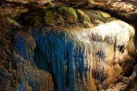 Dans la caverne l eau glisse sur ces roches pour former ceci